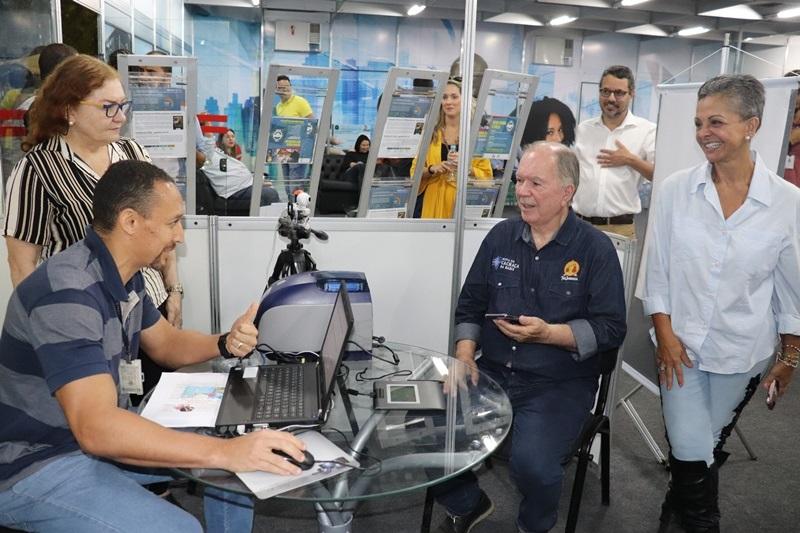 Vice-Governador João Leão fazendo a Carteira do Empresário